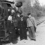 Stendes stacijas dzelzceļnieki 1950. gadu beigās. Augšā no kreisās mašīnists Odiņš, mašīnista palīgs Bogdanovičs, priekšā stāv E.Šēniņa, G.Siliņš, K.Rubenis