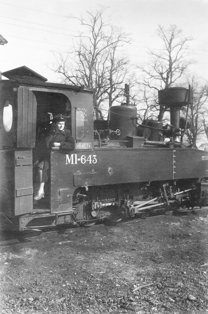 Stacijas dežurante Dundagā pie mazbānīša lokomotīves, ap 1960. gadu