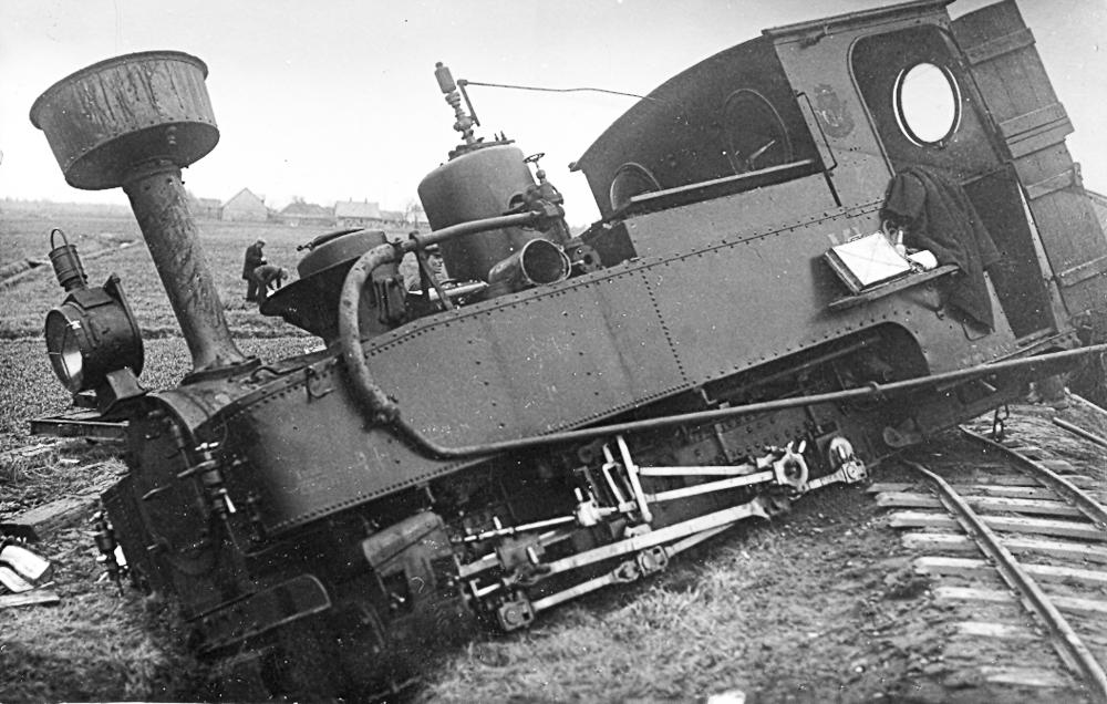 No sliedēm nogājusi šaursliežu dzelzceļa lokomotīve 1930. gados