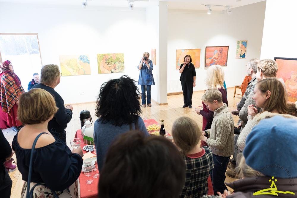 """Tikšanās ar Andru Otto-Hvoinsku viņas gleznu izstādē """"Es un mēs"""""""