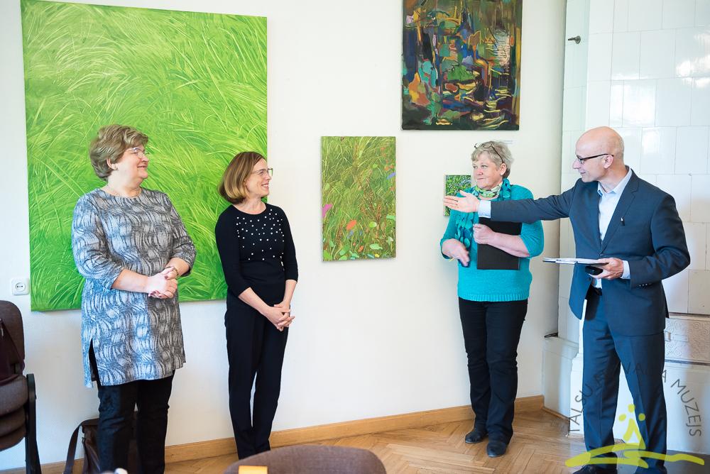 Jaunieši savieno mākslu un literatūru nodarbībā muzejā