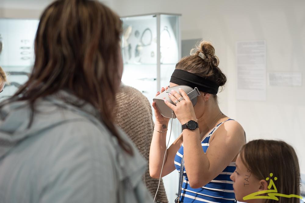 Ceļojums ar virtuālās realitātes brillēm arheoloģijas ekspozīcijā.