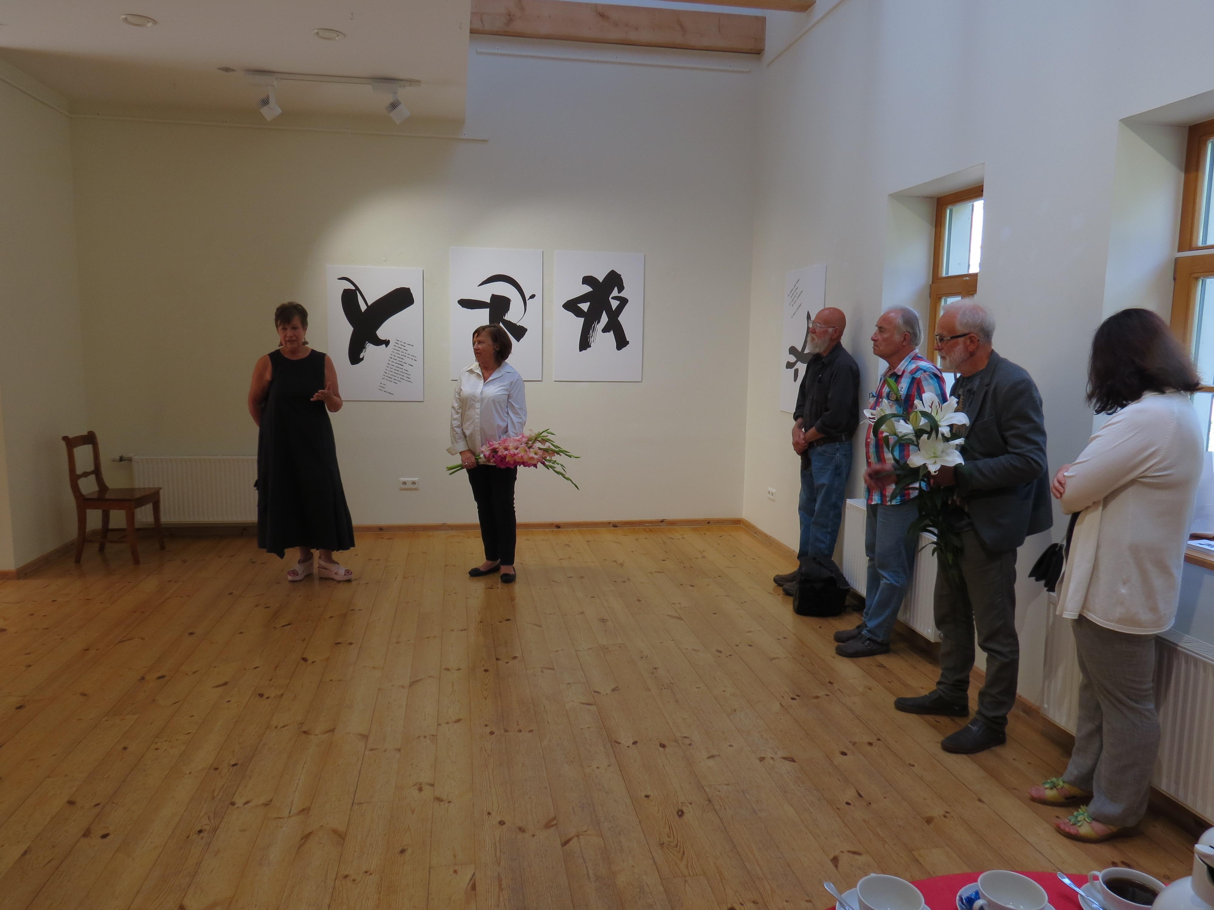 """Tikšanās ar mākslinieci Ilzi Lībieti viņas grafikas darbu izstādē """"Personīgā lieta Nr.1"""" Talsu novada muzeja Izstāžu zālē."""