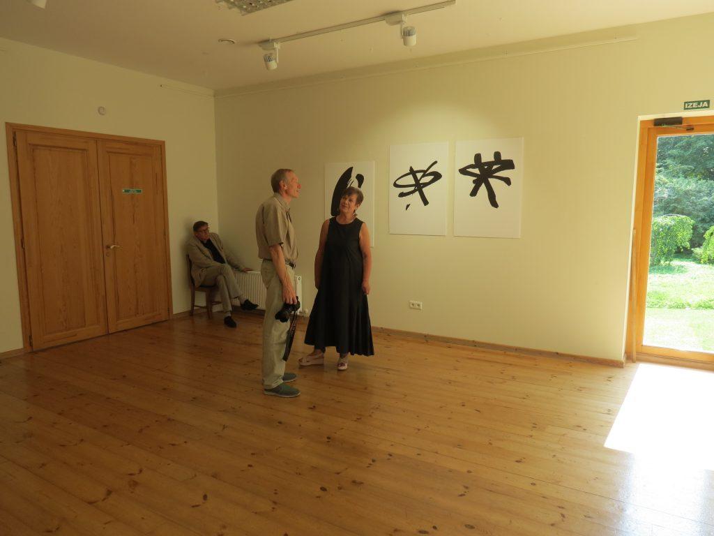 """Tikšanās ar mākslinieci Ilzi Lībieti viņas grafikas darbu izstādē """"Personīgā lieta Nr.1"""" Talsu novada muzeja Izstāžu zālē 17. augustā."""