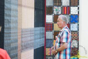 """Ineses Jakobi tekstiliju izstādē """"Logi""""."""