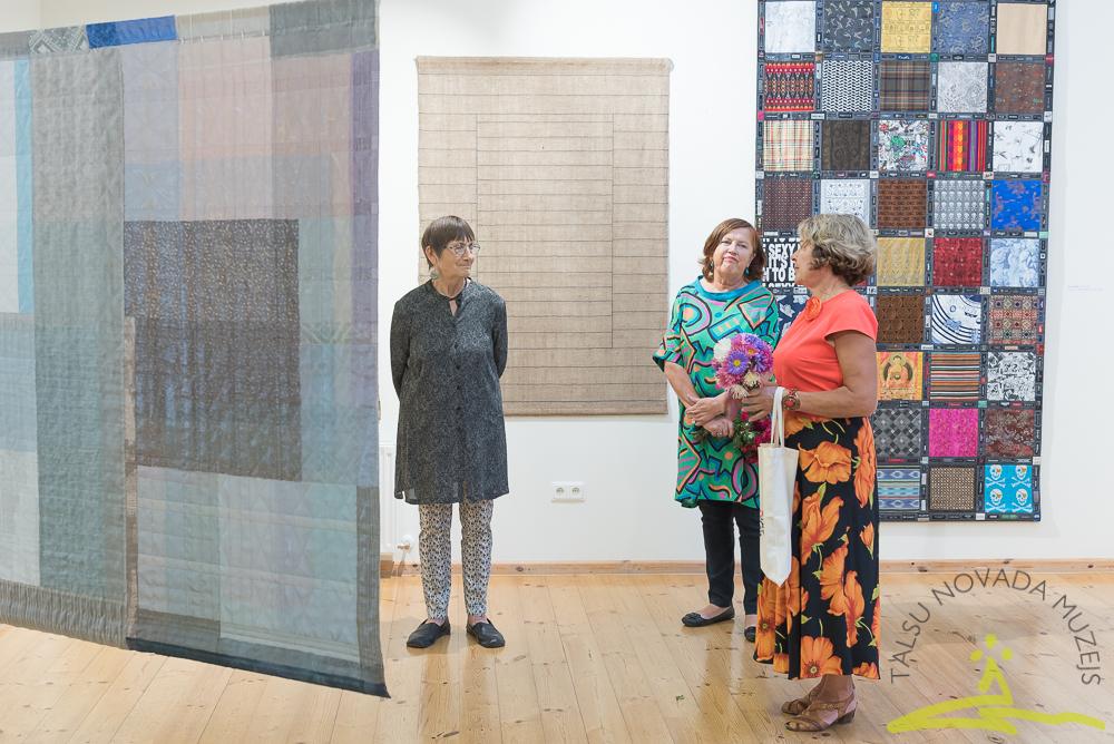 """Tikšanās ar Inesi Jakobi viņas tekstiliju izstādes """"Logi"""" atklāšanā."""