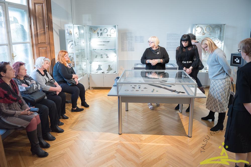 """Galvenā speciāliste vēstures jautājumos Inese Vempere stāsta par arheoloģijas ekspozīciju """"Ceļojums senatnē""""."""