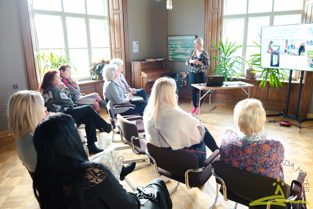 Galvenā speciāliste izglītojošā darbā Ieva Priede iepazīstina skolotājus ar plānoto arheoloģijas nodarbību skolēniem.