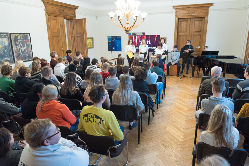 """Uzstājas Talsu Valsts ģimnāzijas latviskās jaunrades klubs """"Savējie"""" skolotājas Līksmas Sokolovas vadībā."""