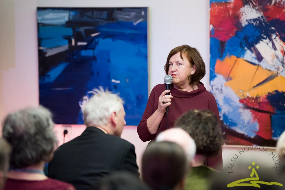 Muzeja galvenā speciāliste mākslas jautājumos Guna Millersone ir pirms 90 gadiem iesāktās Talsu novada mākslinieku - novadnieku darbu izstādes rīkošanas tradīcijas turpinātāja.