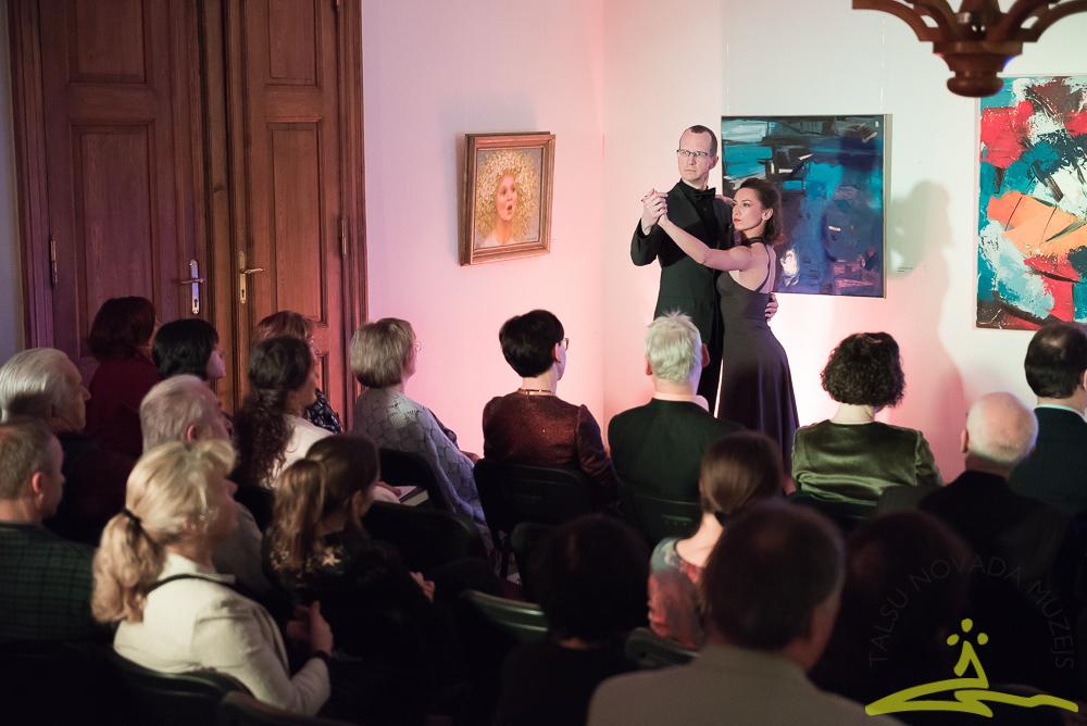 Pianists Jurijs Žvikovs uz skatuves satiekas ar dejotāju Egiju Abaroviču, lai kopīgā aizrautībā no sirds izdancinātu klausītājus.