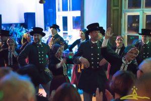 """Laidzes vidējās paaudzes tautisko deju kolektīvs """"Virpulis"""" aizrautīgā priekā iekustināja Svētku vakara viesus."""