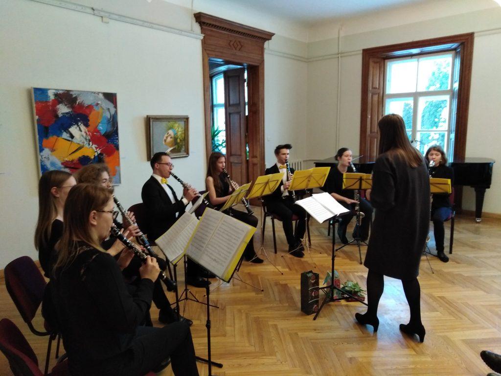 """Adventes koncertu sniedz Latvijas Universitātes klarnešu koris """"Melnie koki"""". Diriģente Māra Lemken."""