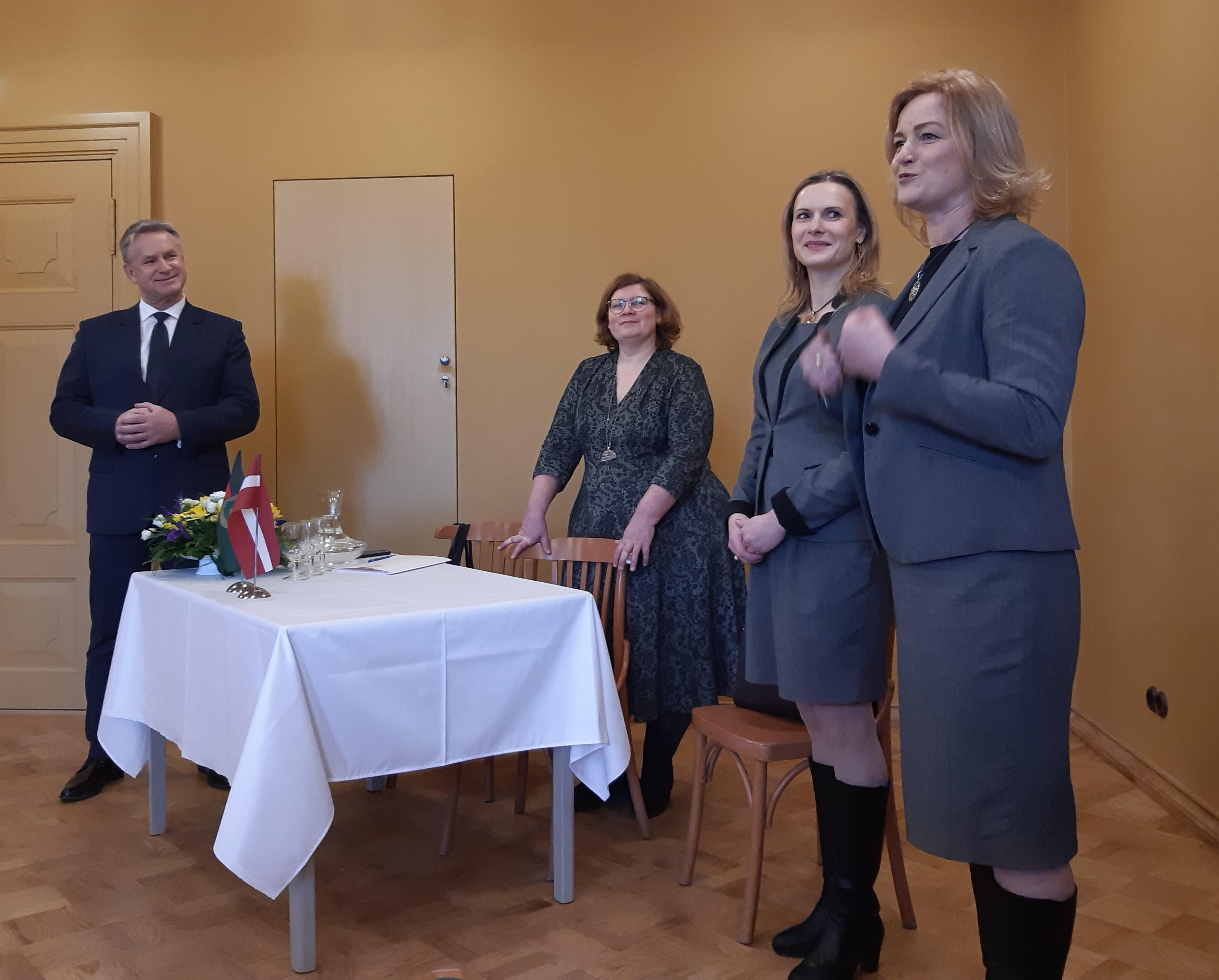 Kultūras ministrs kopā ar kolēģēm un Saeimas deputāti, talsenieci Ilzi Indriksoni Firksu-Pedvāles muižā.