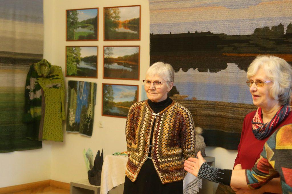 Kopīgā izstādē tiekas divu Tautas lietišķās mākslas kolektīvu vadītājas: no kreisās - Māra Mertena un Biruta Austrupa.