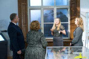 Talsu novada muzeja galvenā speciāliste izglītojošā darbā Ieva Priede iepazīstina viesus ar jauno arheoloģijas ekspozīciju.