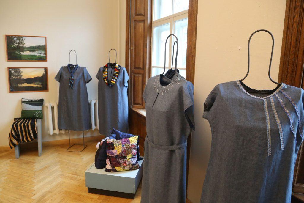 """Pastendes kultūras nama Tautas lietišķās mākslas kolektīva """"Kurši"""" darinātās kleitas."""