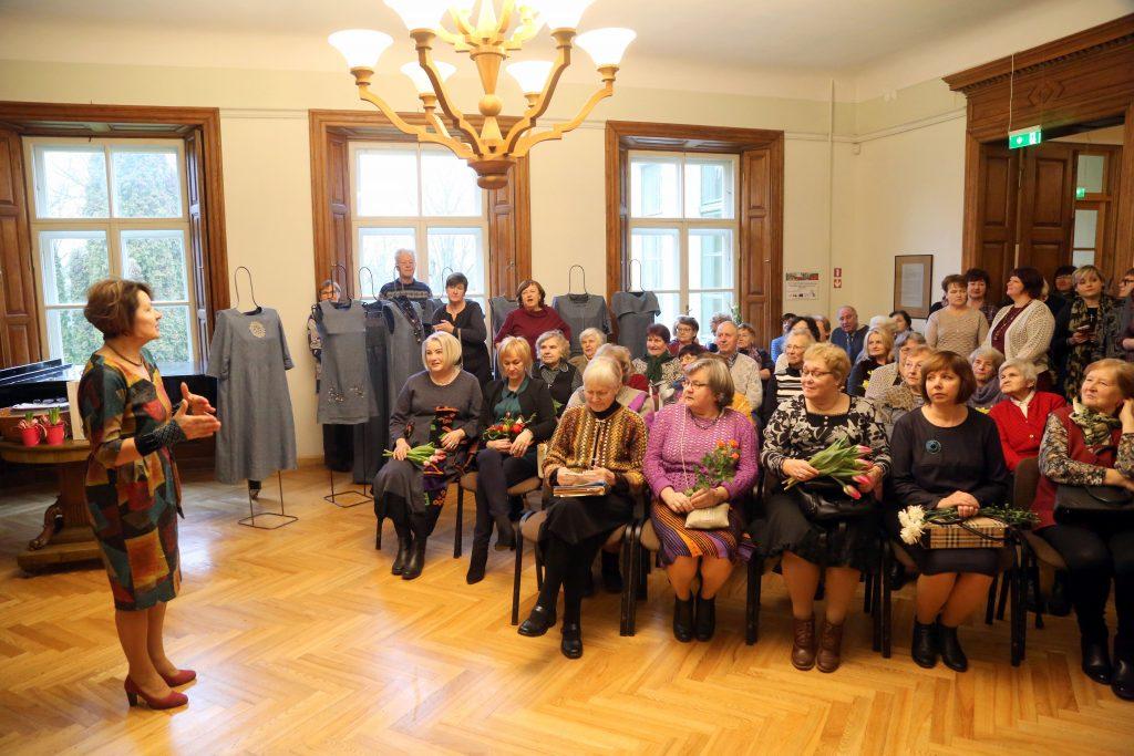 Talsu novada muzeja direktore Mirdza Jonele uzrunā iztādes dalībnieces atklāšanas pasākumā 2020. gada 8. februārī.