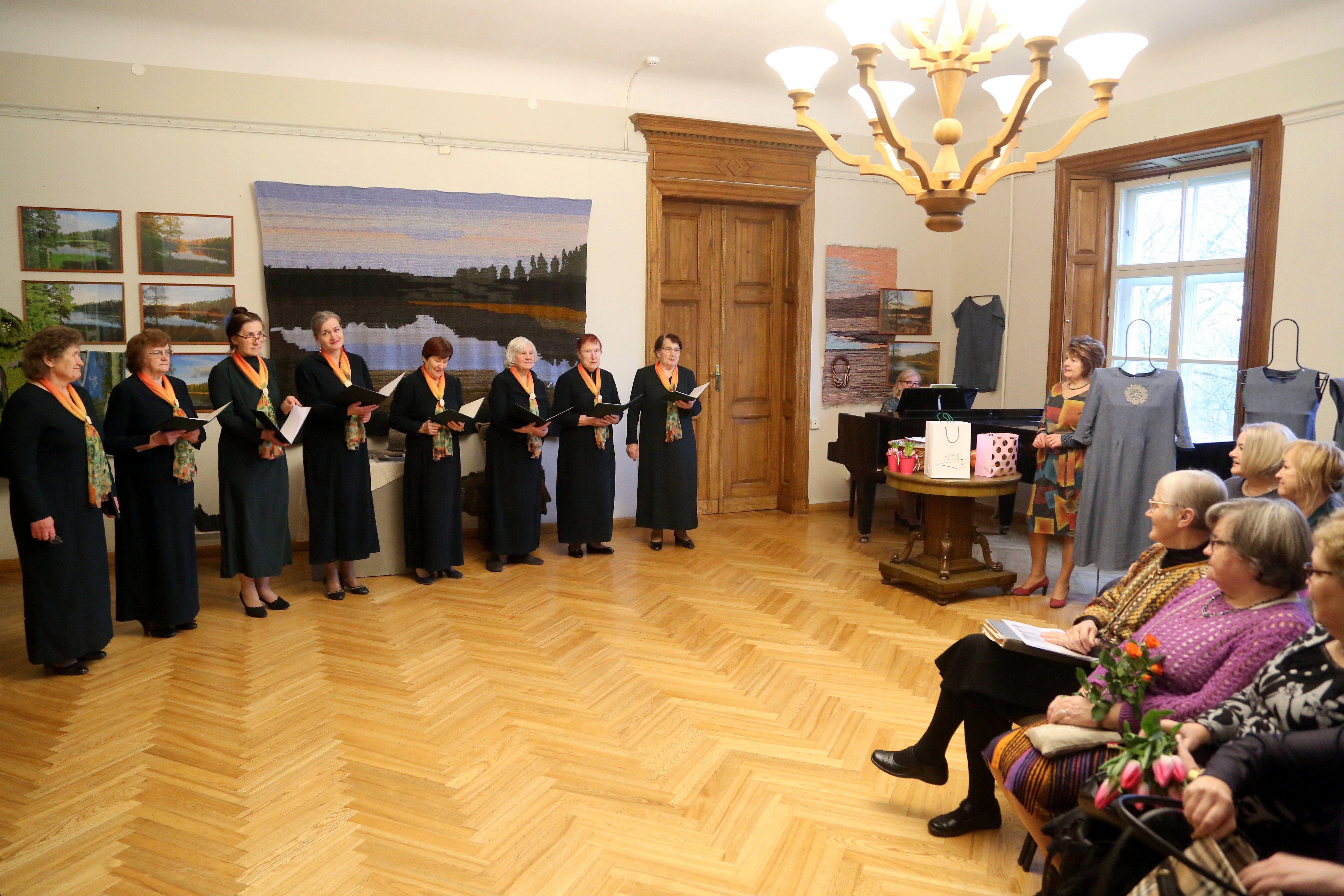 """Uzstājas Vandzenes tautas nama sieviešu senioru vokālais ansamblis """"Ozolzeme"""", pie klavierēm - vadītāja Īra Vēbere."""