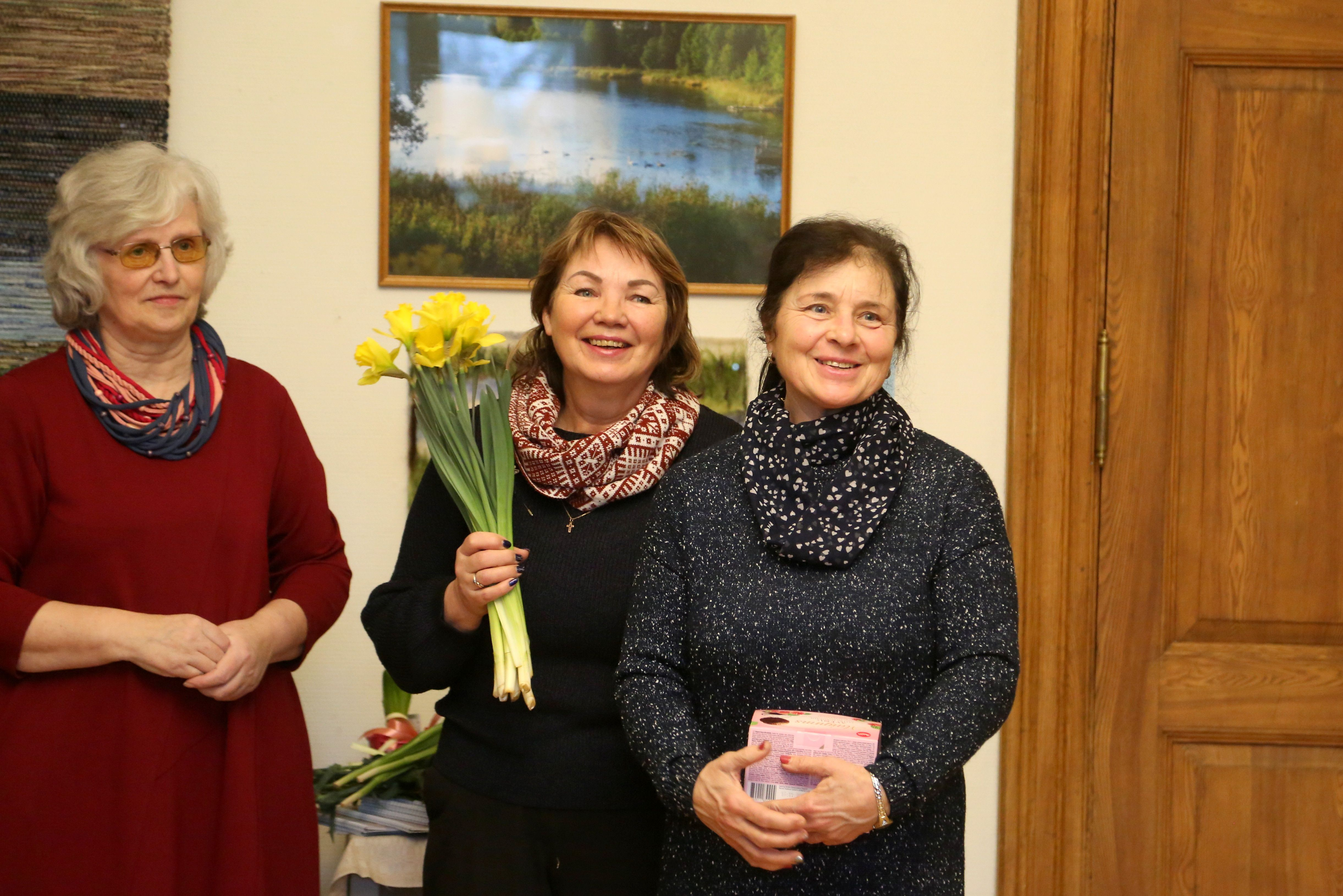 Pastendes kultūras nama Tautas lietišķās mākslas kolektīva vadītāja Biruta Austrupa un Spāres muižas saimnieces - Tabita Kalniņa un Aina Rozenberga.