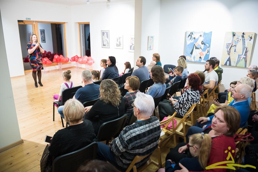 """Valentīndienas koncertā uzstājās Talsu bērnu un jauniešu vokālā studija """"Tonis"""". Vokālā pedagoģe Kristīne Broka-Meļķe."""