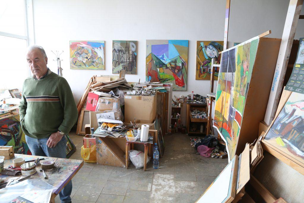 """Gleznotājs Andris Biezbārdis tikko kā pabeidzis darbu, kurš tiks iesniegts Paņēvežas (Lietuva) A galerijas rīkotajā izstādē, kurā dažādu valstu fotogrāfi atļauj """"apstrādāt"""" savas lielformāta fotogrāfijas gleznotājiem, tādējādi radot jaunus vizuālos un saturiskos stāstus.  Šī izstāde notiks arī Daugavpils M. Rotko mākslas centrā šī gada novembrī ."""