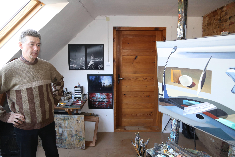 """Dziļā lauku klusumā Armands Zēfelds  4 mēnešus gleznojis savu jaunāko darbu """" Mākslas telpa/objektu riņķa dancis"""", kurš būs redzams izstādē """"Talsu Krūmu mākslas grupai 35"""". Šoreiz Armands ir sirreālists un bildē ir redzams, ka viņš labi fotografē."""