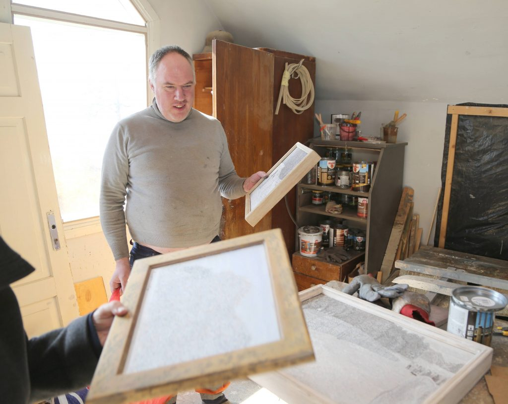 """Modris Sapuns pa ziemas vakariem ir rūpīgi darinājis pagājušās vasaras  Pedvāles mākslas parka notikuma  – amerikāņu mākslinieka Karla Bilingsleja objekta """"Akmens laiva"""" atklāšanas norisi.  Modrim arī vīruss ir nojaucis iespēju kopā ar vēl dažiem Talsu māksliniekiem izstādīties Stokholmas galerijā."""