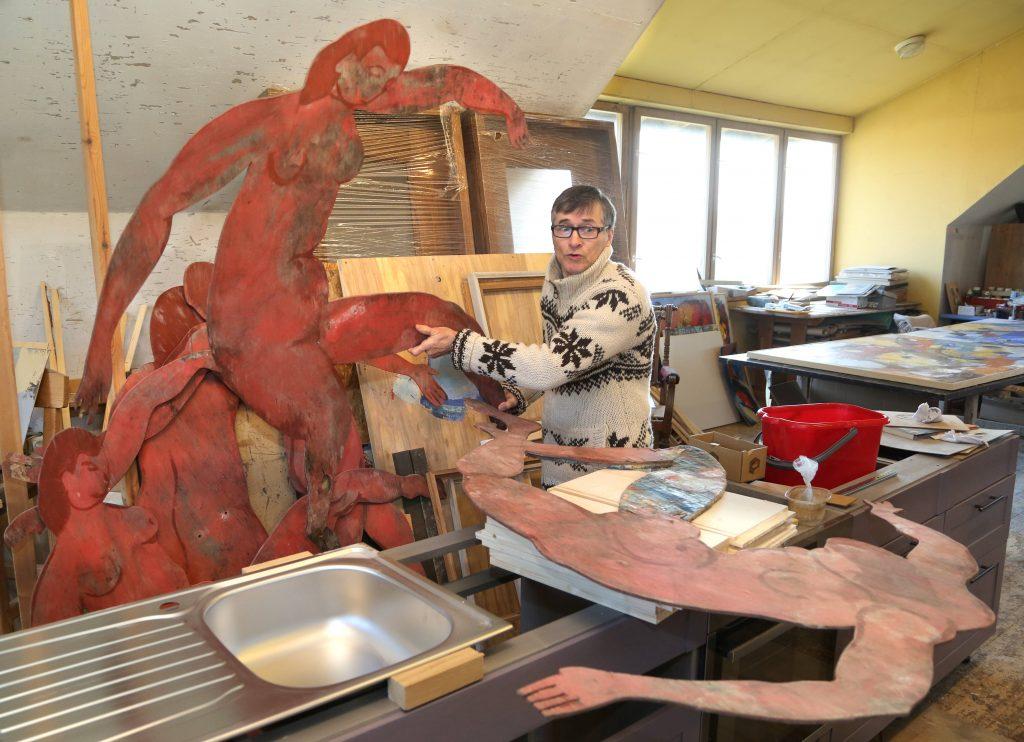"""Andris Vītols Krūmu grupas 35 gadu jubilejas izstādei  ir uzgleznojis jaunus lielizmēra darbus.  Šai izstādei viņš  iecerējis arī apspēlēt  vienu no saviem 2000. gadā radītajiem objektiem, pārvēršot to  jaunradītā darbā """"Plūdi. Dejotājas. Un…"""""""
