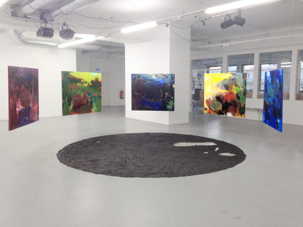 """Laurai Feldbergai un Gunai Millersonei Mākslas dienas šogad sanāks atzīmēt (arī, diemžēl, bez pašu mākslinieču klātbūtnes) Minhenes galerijā PLATFORMA, kur pašlaik notiek šīs izstādes iekārtošanas darbi. Tas ir starptautisks mākslas projekts """"Micēlijs"""", kurā piedalās piecas vācu un piecas latviešu mākslinieces; pieci mākslinieču pāri veido kopējus darbus, kuros jāmēģina atrast ideālā savienojamība, neskatoties uz to, ka katra strādā, protams, attālināti, un radikāli pretējos mākslas veidos vai tehnikās.  Izstādi organizē lielākā un senākā (dibināta 1926. gadā) sieviešu mākslas apvienība Vācijā GEDOK."""