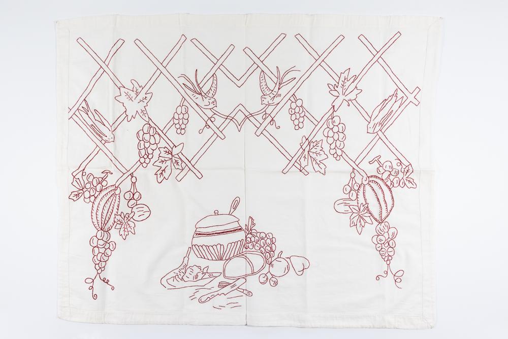 Izšūts virtuves sienas dekors. Virtuves sienas dekors ar sižetisku zīmējumu. Izšuvusi Lilija Mona (Šmēdiņa) (1931-2002) Vandzenes pag., 1950. gadi