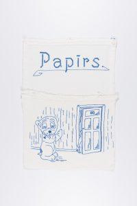 """Maisiņš ar izšūtu sunīti """"Bonzu"""" pie tualetes durvīm. Izšuvusi E. Breinkopfa Ventspilī, 1920. gadi"""