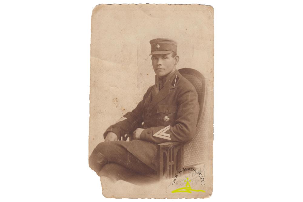 Lāčplēša Kara ordeņa III šķiras kavalieris virsleitnants Kārlis Šnēbergs Jāņa d. (1892-1943) Latvijas Neatkarības kara laikā, Liepājā, 1919. g.