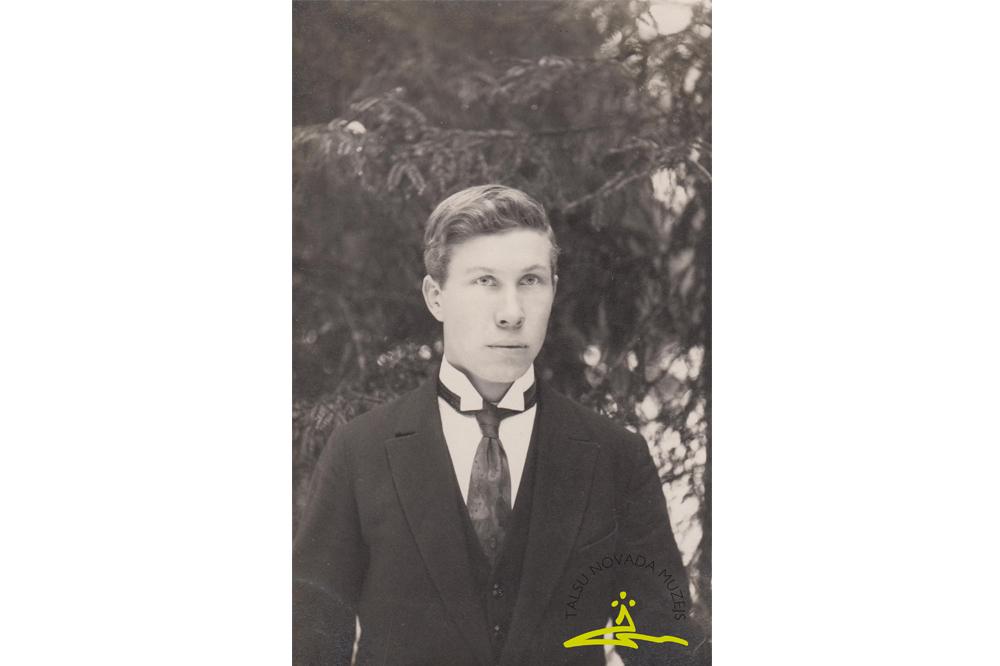 Alfrēds Fabriciuss (1901-1987) – fotogrāfs – amatieris, strādājis ceļu būves darbos, foto 1920. gadu beigas.