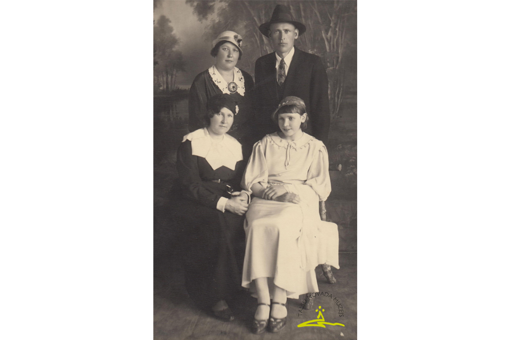 Stāv 1. no kreisās Fricis, viņa sieva Emma (Alfrēda Fabriciusa māsa), sēd Valda Milda Pakule (A. Fabriciusa māsa, dzim. 1896. g.) – dzejniece, prozaiķe Tālrīta un viņas meita Helma Pakule (prec. Blūma). Foto Kuldīgā 1937. g.