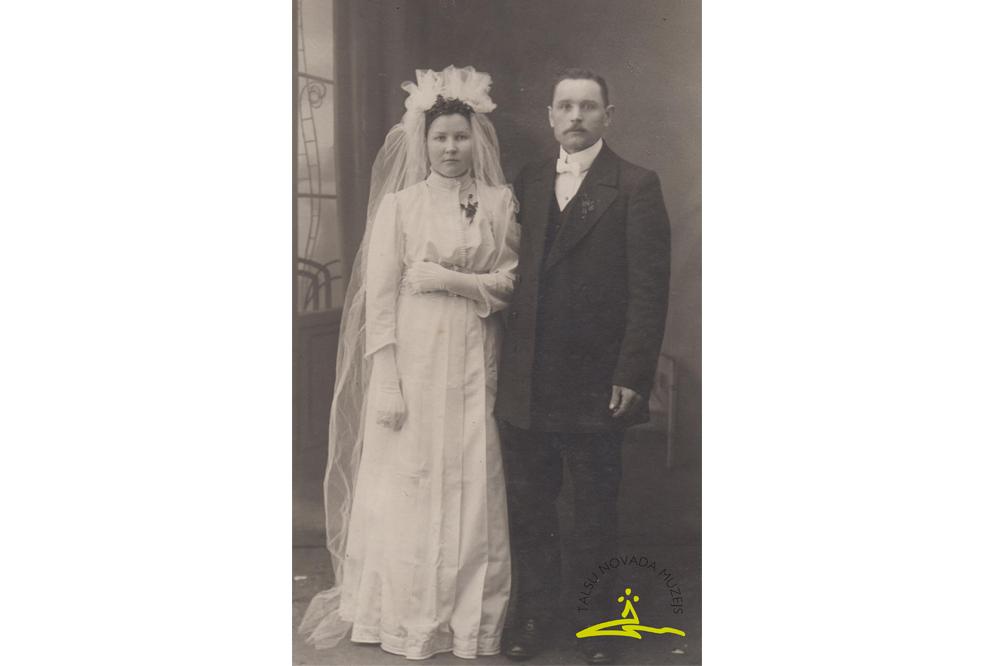 Vandzenes pagasta jaunos pārus no apkārtnes mājām fotografējis Alfrēds Fabriciuss - 1915. g.