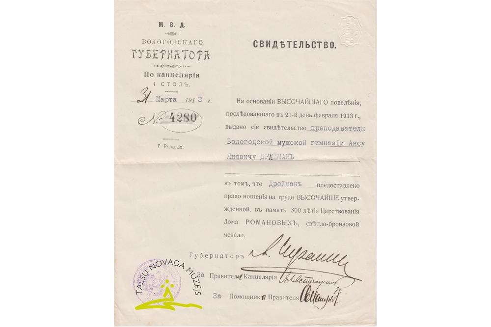 Vologdas guberņas gubernatora Mihaila Šramčenko (1856-1919) kancelejas izsniegtā apliecība Nr. 4280 Vologdas vīriešu ģimnāzijas pasniedzējam Ansim Dreimanim Jāņa d. (1882-1968) par tiesībām nēsāt Romanovu dinastijas 300 gadu valdīšanas piemiņas medaļu. Vologda, 1913. g. 31. marts.