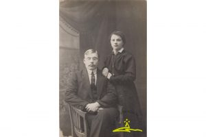 """Žanis Zumbergs, (1890-1977) 1905. g. nemieru dalībnieks Dundagā, arestēts 1907. g., tiesāts 1908. g. oktobrī kā """"I Kurzemes lauku kaujas pulka"""" dalībnieks, nāves sods aizstāts ar 20 gadiem katorgā. Atbrīvots 1917. g. no Aleksandrovas centrālā katorgas cietuma, dzīvojis Novo-Nikolajevkā (tagad Novosibirska). Ž. Zumbergs ar sievu Emīliju Skuju (dz. 1900. g. 20. janvārī Nogalē) Novo-Nikolajevkā 1918. g. Latvijā atgriezās 1921. g."""