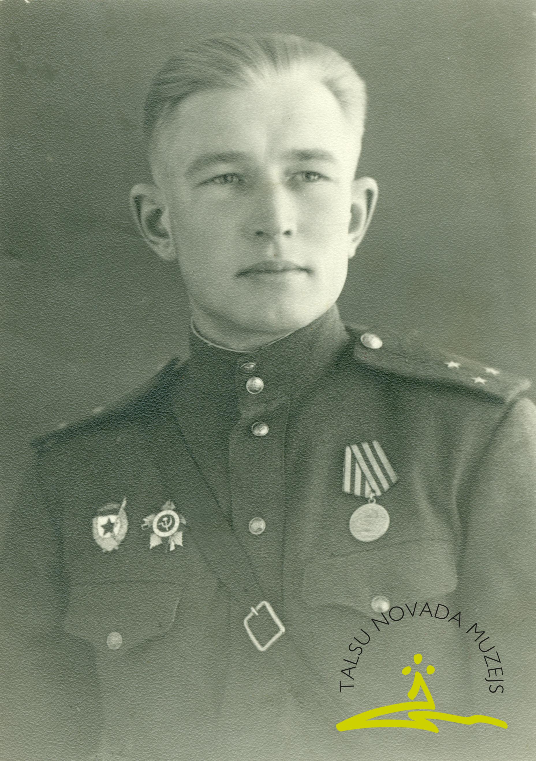 43. gvardes latviešu strēlnieku divīzijas 125. gvardes strēlnieku pulka 112. motostrēlnieku izlūkrotas vada komandieris Miķelis Petrovskis Staņislava d. (1917–1985)