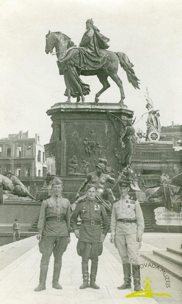 Sarkanās armijas karavīri Berlīnē pie vācu imperatora Vilhelma I pieminekļa Schloßfreiheit laukumā, 1945. gada maijs