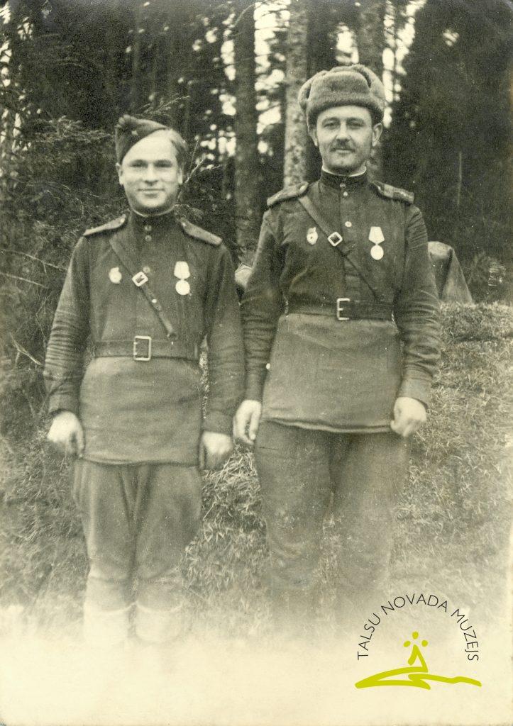 Pēteris Sprūde (dzim. 1914. g., no labās) ar kara biedru Skrundā, 1945. gada 27. aprīlis