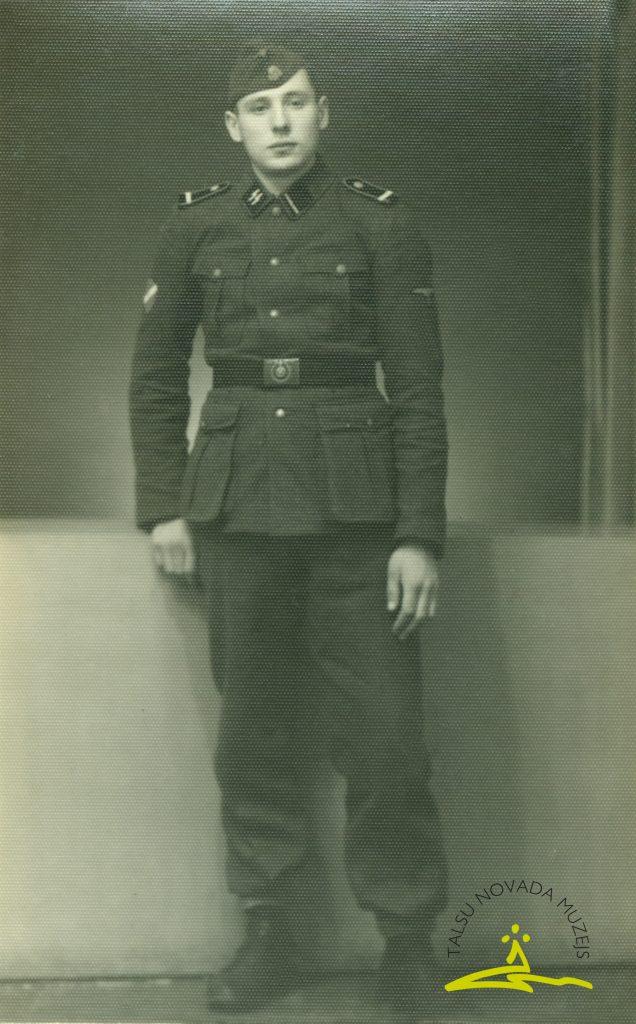 Leģionārs Kārlis Jēkabsons leģionāra formas tērpā, 1944. gads