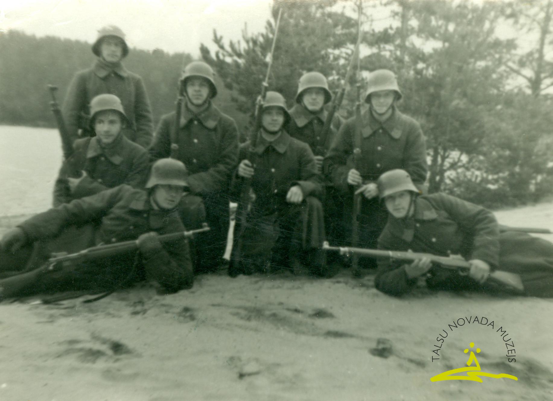 Brīvprātīgie leģionāri austrumu frontē ap 1943. gadu. 1. no labās Kārlis Tigulis