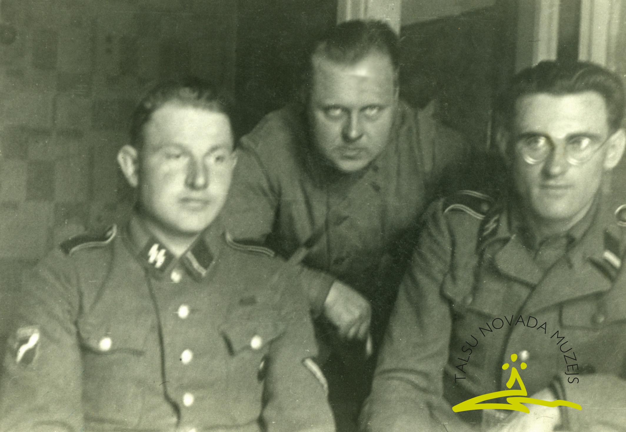Brīvprātīgie leģionāri austrumu frontē ap 1943. gadu. 1. no kreisās Kārlis Tigulis, vidū Jānis Kalniņš, 3. Leons Jansons