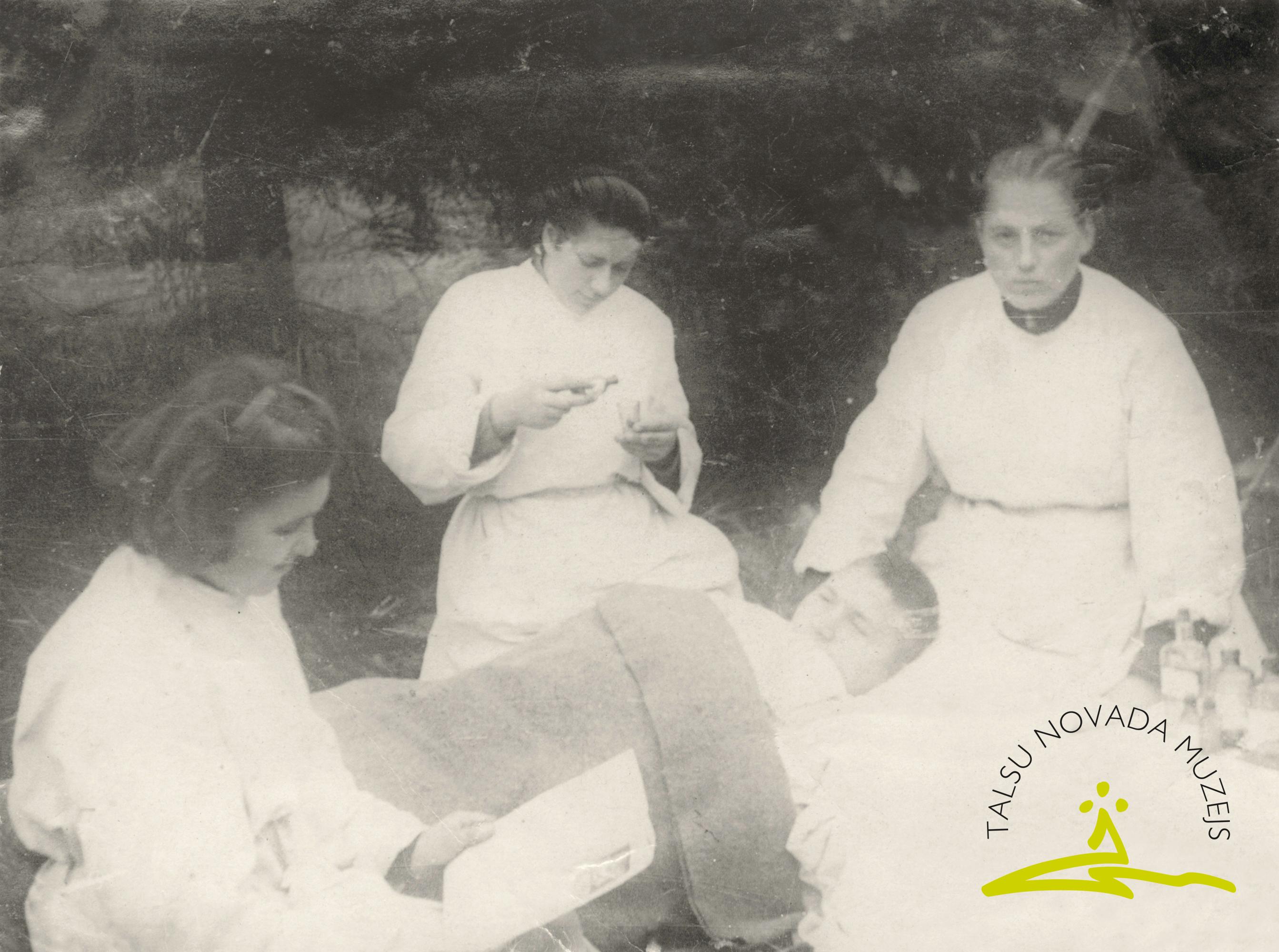 Latviešu strēlnieku divīzijas sanitārā dienesta darbinieces Olga Žiznevska, Irma Kupcāne, A. Rudakova