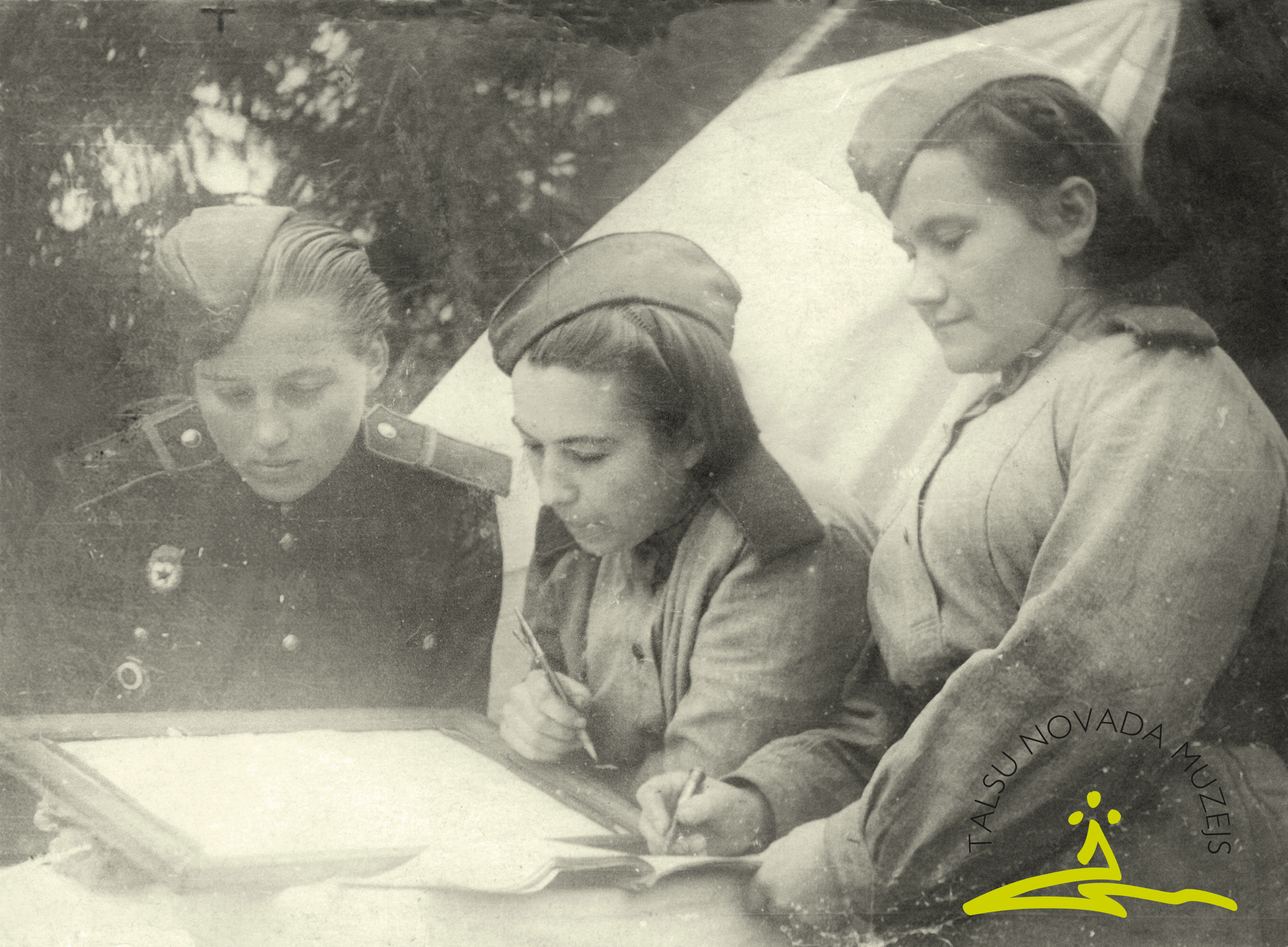 Latviešu strēlnieku divīzijas sanitārā dienesta darbinieces (Veiskate, A. Rudakova, Pikšāne) Otrā pasaules kara laikā