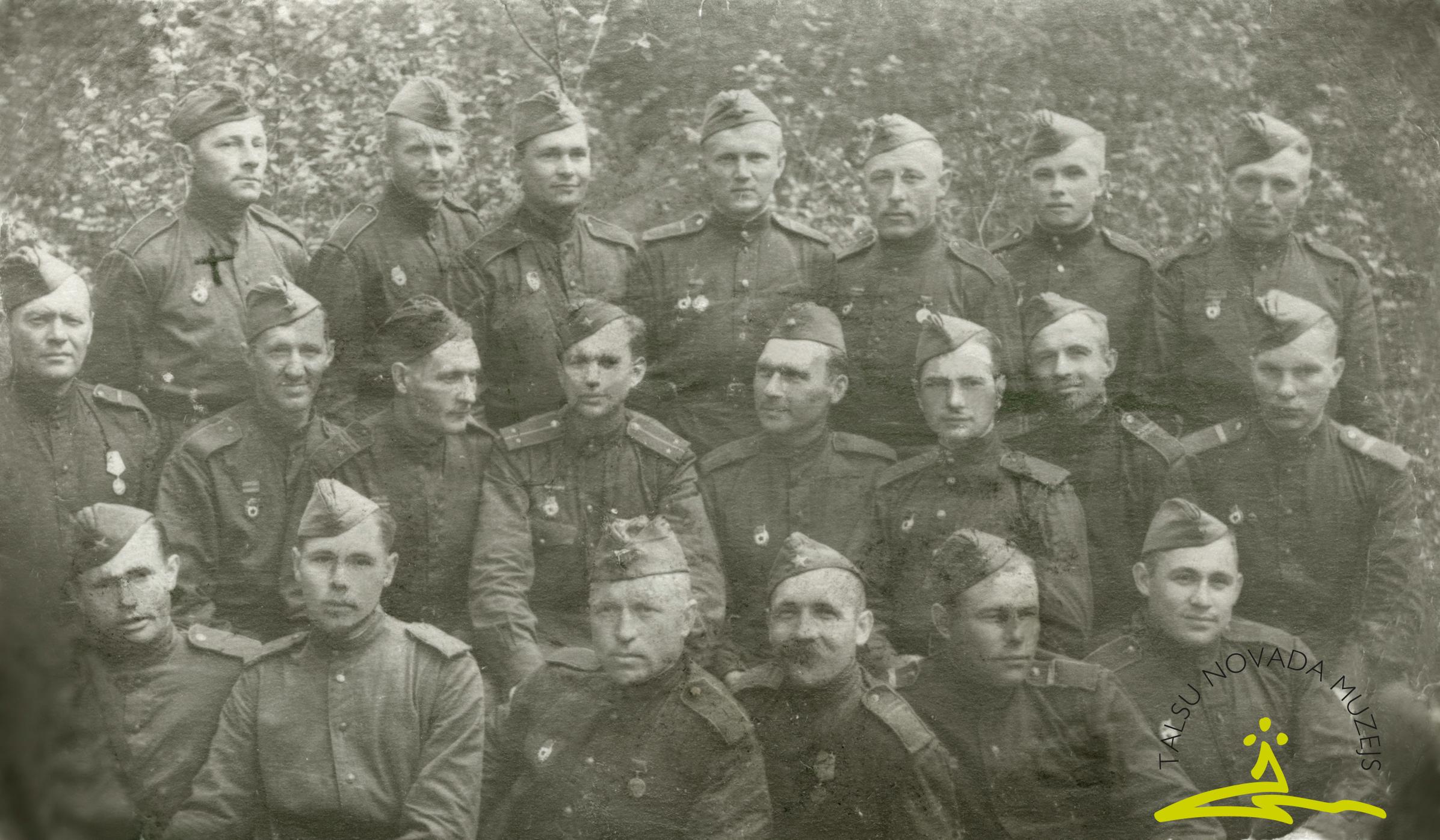 43. gvardes latviešu strēlnieku divīzijas karavīri, frontes biedru vidū Voldemārs Gādmanis