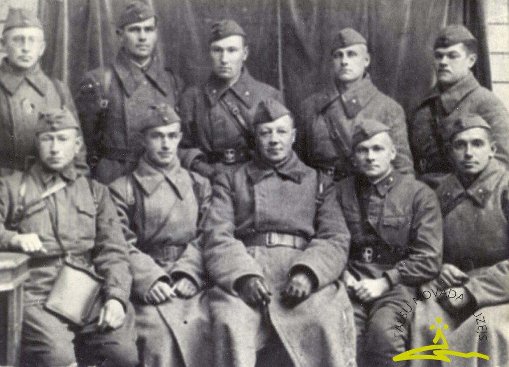 201. latviešu strēlnieku divīzijas 122. strēlnieku pulka komandējošais sastāvs 1941. gada rudenī, 1. rindā pirmais no kreisās Ansis Bērziņš