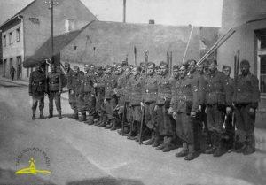 Latviešu leģionāru vads Vaiņodē (iespējams), 1943. gads. 1. rindā 2. no kreisās Alfreds Jēkabsons (1924–1944)