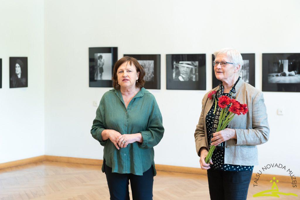 """Māras Brašmanes fotogrāfiju izstādes """"Satiktie"""" atklāšana"""
